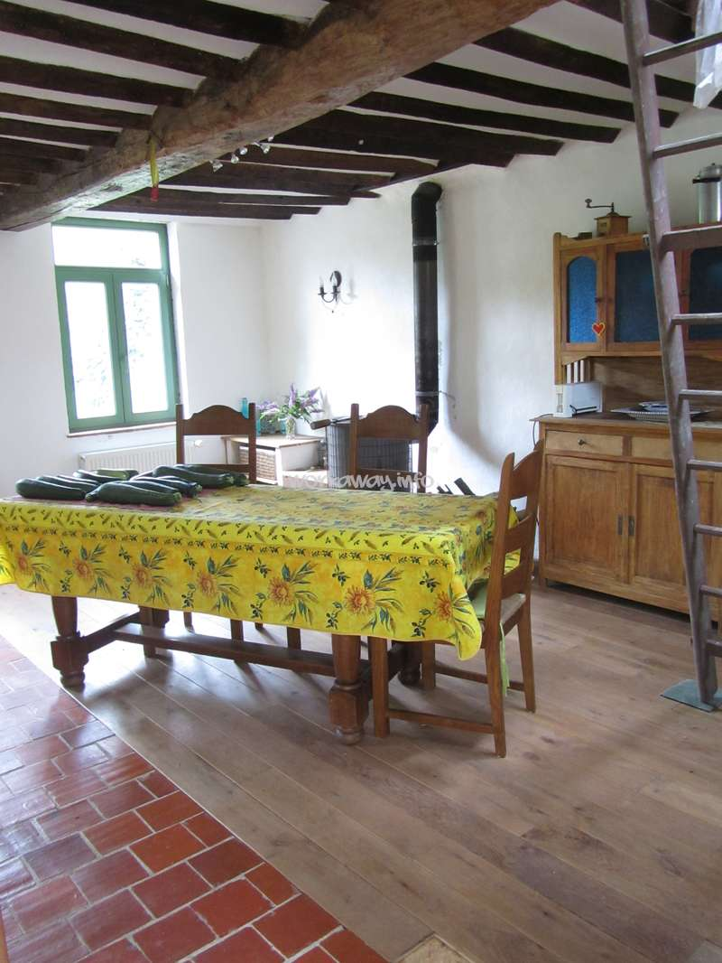 In A Farmhouse Help Together Renovating Gardeningin The - Belle carrelage i feel wood
