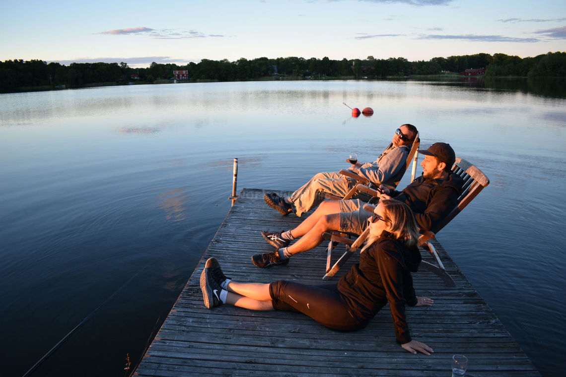 travellers-sitting-on-deck-beautiful-lake-view
