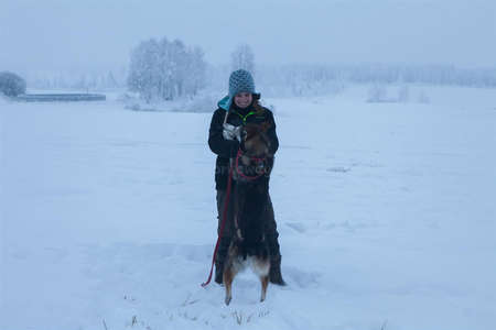 solo-female-traveller-with-husky
