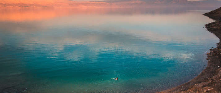 workawayer floating in dead sea