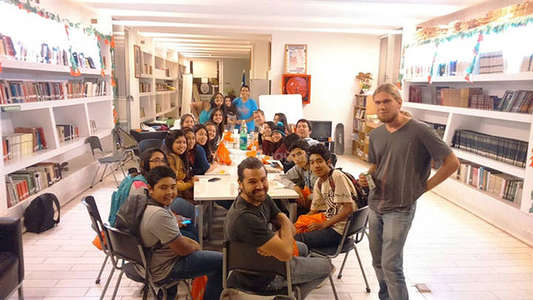 english classroom group photo with workawayers and students