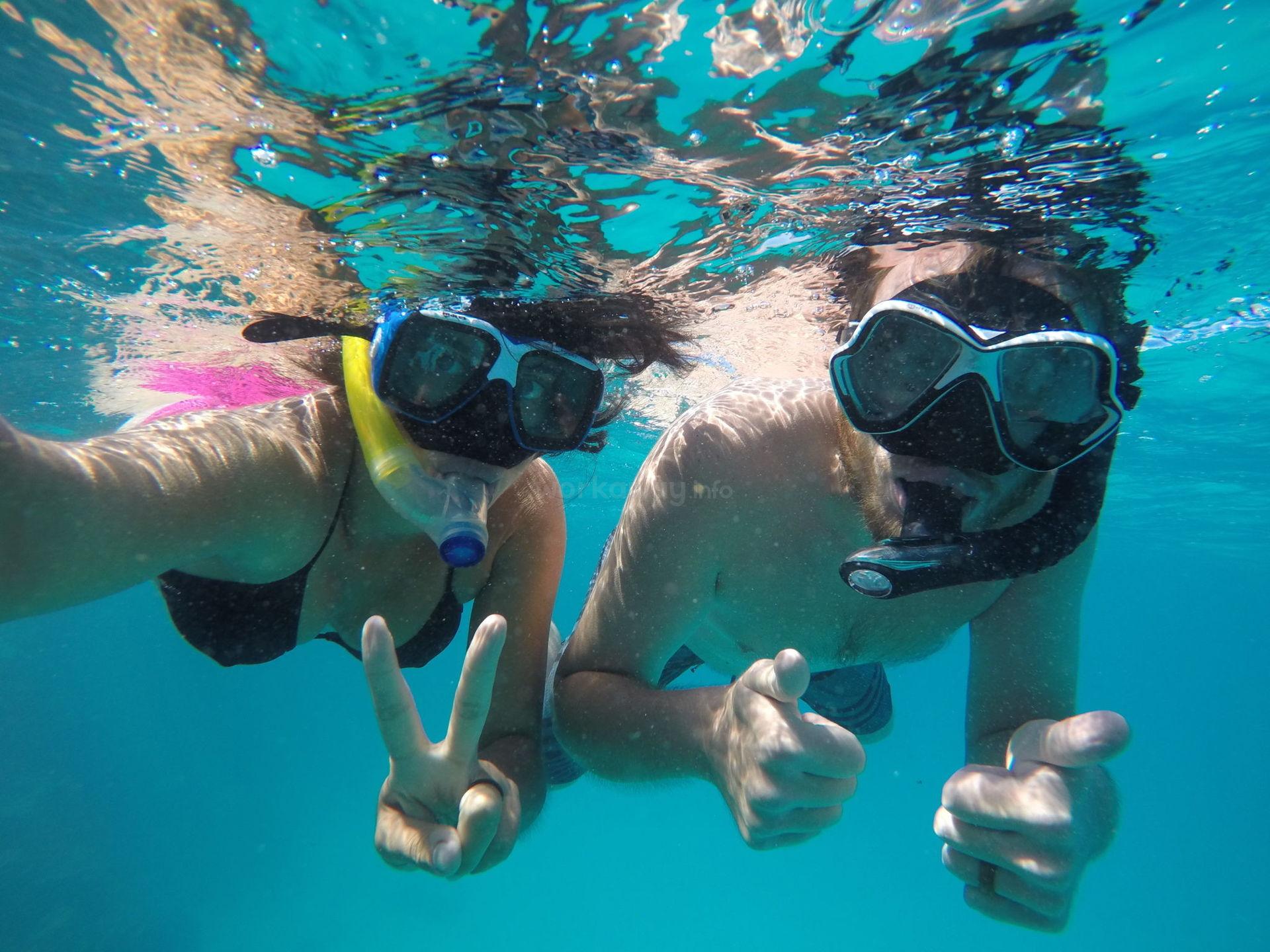 couple snorkel travel