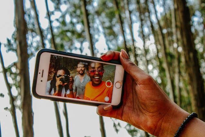 travel friends phone selfie vlog