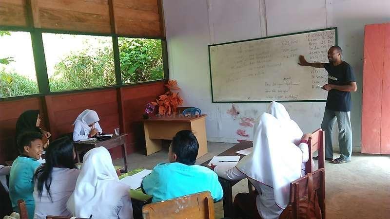 workawayer Kenneth teaching in Indonesian village school