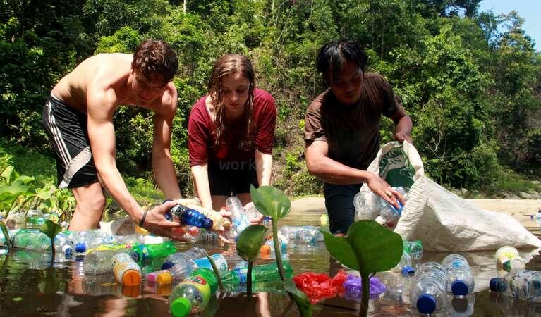 environmentally friendly volunteer adventure abroad pick up trash plastic in water